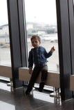Pojke på flygplatsen Royaltyfri Bild