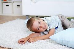 Pojke på golvet Fotografering för Bildbyråer