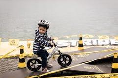 Pojke på jämviktscykeln Royaltyfri Bild