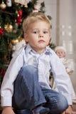 Pojke på jul arkivbilder