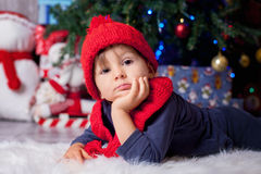 Pojke på jultid Arkivfoto