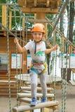 Pojke på klättringaktivitet i hög tråd Forest Park Tabellbergcablewayen lurar på sakkunniga igen royaltyfri fotografi