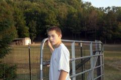 Pojke på lantgård Arkivbild