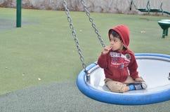 Pojke på lekplatsen Arkivbild