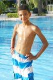 Pojke på simbassängen Arkivfoto