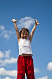 Pojke på skybakgrund fotografering för bildbyråer