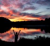 Pojke på solnedgången Arkivbilder