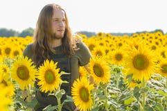Pojke på solrosfältet Royaltyfri Bild