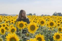 Pojke på solrosfältet Royaltyfri Fotografi