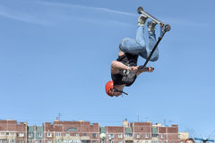 Pojke på sparkcykelflips i luften Royaltyfria Foton