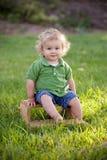 Pojke på stol Royaltyfria Bilder