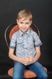 Pojke på stolen Arkivfoton