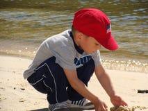 Pojke på stranden Arkivbilder