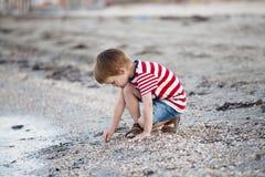 Pojke på stranden Fotografering för Bildbyråer
