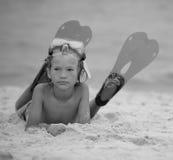 Pojke på stranden  Arkivfoton