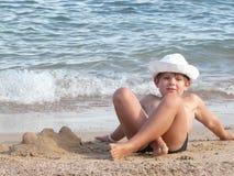 Pojke på stranden Arkivbild