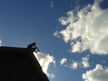 Pojke på taket Arkivfoton