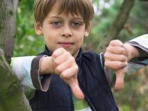 Pojke på trädet Arkivbilder