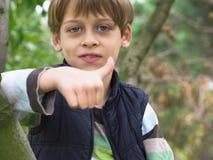 Pojke på trädet Fotografering för Bildbyråer