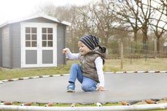 Pojke på trampolinen Arkivfoton