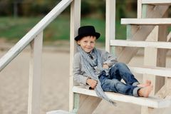 Pojke på trappan Royaltyfria Foton