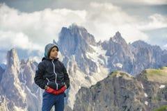 Pojke på turen in till de höga bergen Royaltyfri Foto