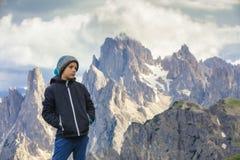Pojke på turen in till de höga bergen Royaltyfri Fotografi