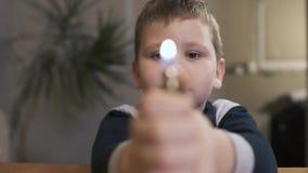 Pojke rymma tändare och se flamman långsam rörelse stock video