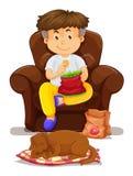 Pojke som äter chiper på soffan royaltyfri illustrationer