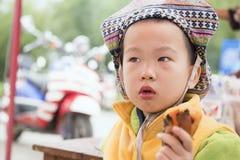 Pojke som äter den bakade sötpotatisen Arkivfoton