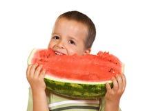 pojke som äter den lyckliga vattenmelonen Royaltyfria Foton
