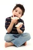 pojke som äter den syrliga skratta popen royaltyfria bilder