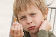 Pojke som äter glass, som närvarande besvikelse på grund av det mig åt det frågar för det nästa Royaltyfri Fotografi