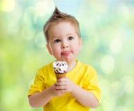 Pojke som äter icecream Arkivfoton