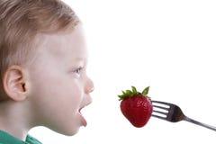 pojke som äter jordgubben Royaltyfri Foto