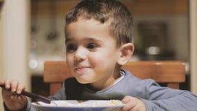 pojke som äter little soup arkivfilmer