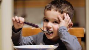 pojke som äter little soup lager videofilmer