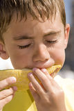pojke som äter melonen Fotografering för Bildbyråer