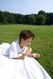 pojke som äter olivgrön Royaltyfri Bild