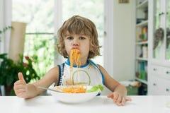 Pojke som äter pasta Royaltyfri Bild
