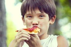 pojke som äter pizza Royaltyfria Bilder