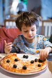 pojke som äter pizzabarn Royaltyfria Foton