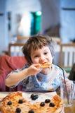 pojke som äter pizzabarn Royaltyfri Foto