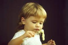pojke som äter porridge arkivfoto