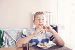 pojke som äter smörgåsen Arkivbild