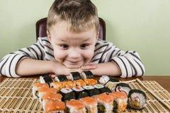 Pojke som äter sushi Royaltyfria Foton