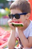 Pojke som äter vattenmelon i sommar Royaltyfri Foto