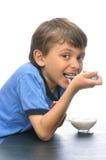 pojke som äter yoghurt arkivfoton