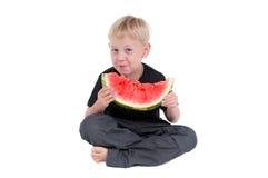pojke som 2 äter serievattenmelonen Arkivfoto