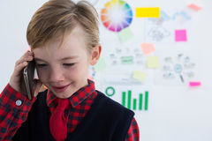 Pojke som affärsledaren som använder samtal på mobiltelefonen Fotografering för Bildbyråer